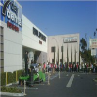 People lined up outside of the 7 day dental building